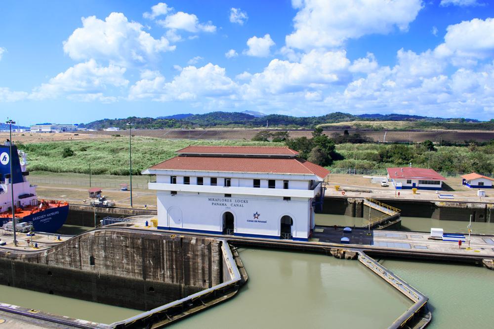 Bâtiment au centre du canal de Panama