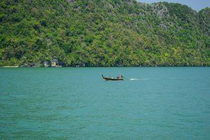 Pirogue dans la baie de Phang Nga