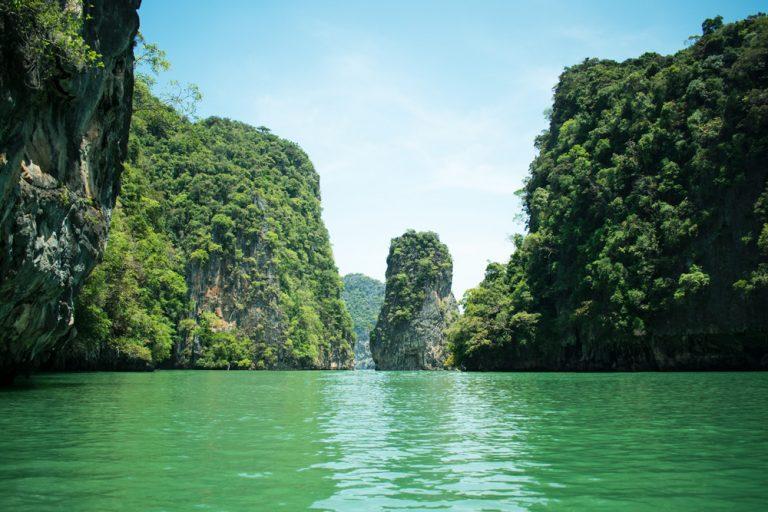 Des pitons rocheux dans la baie de Phang Nga en Thaïlande