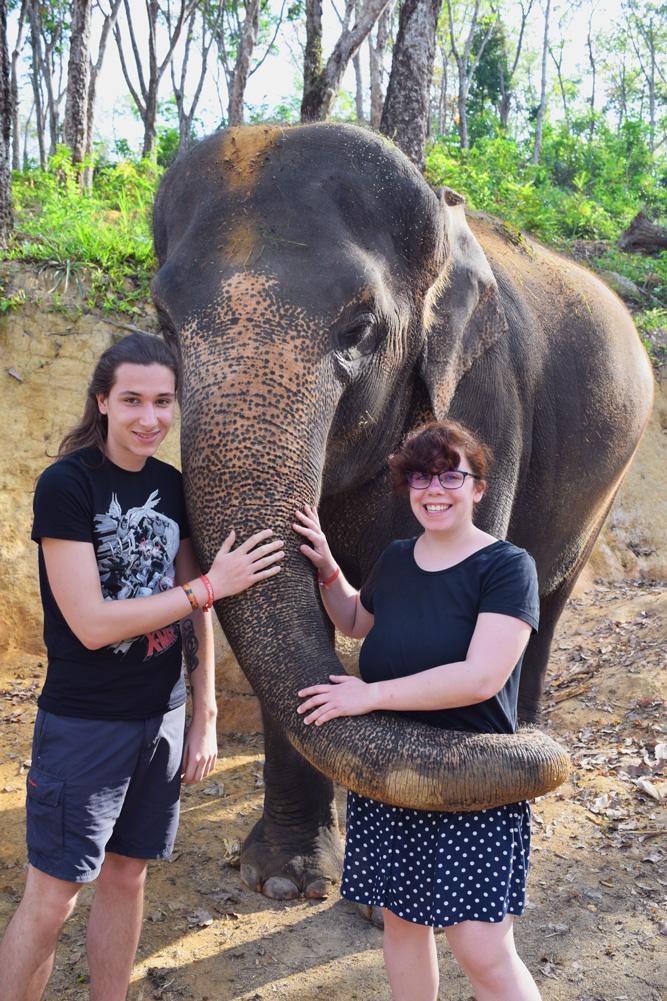 Photo de Julien et Gwen avec un éléphant dans une réserve d'éléphant en Thaïlande