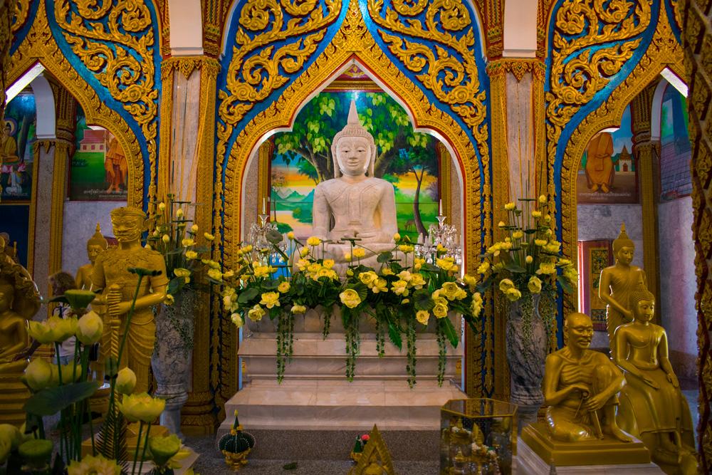 Intérieur d'un temple bouddhiste à Phuket