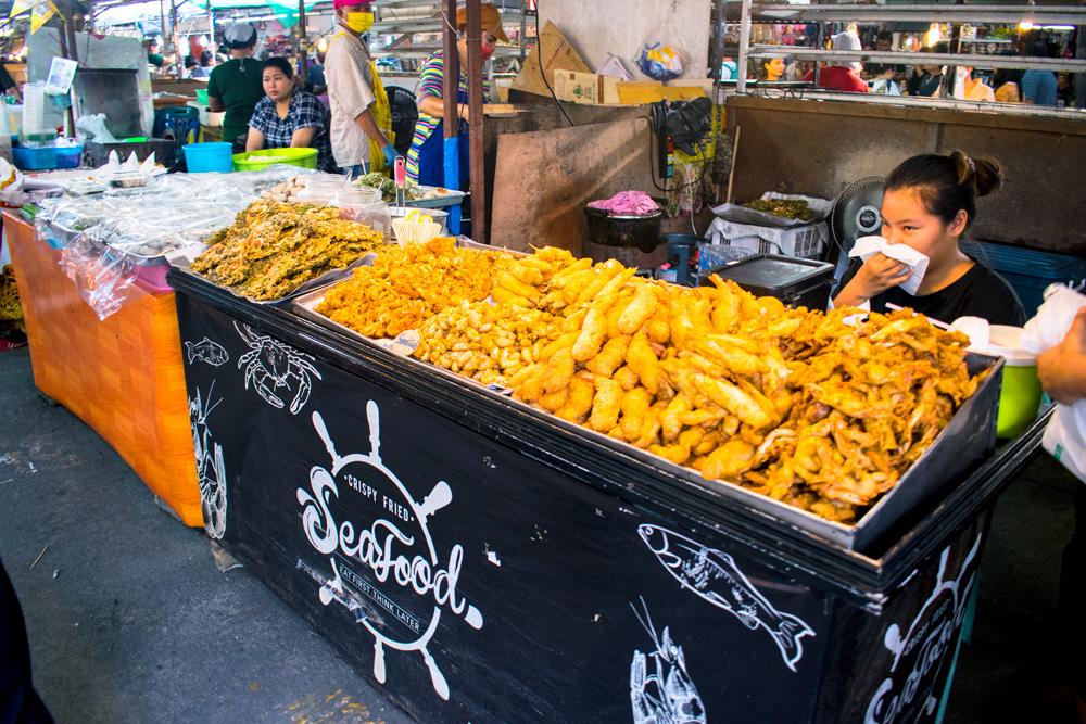 Stand de friture sur le marché de Phuket Town en Thaïlande