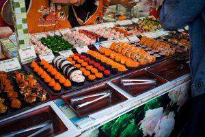 Stand de sushie sur le marché de Phuket Town en Thaïlande