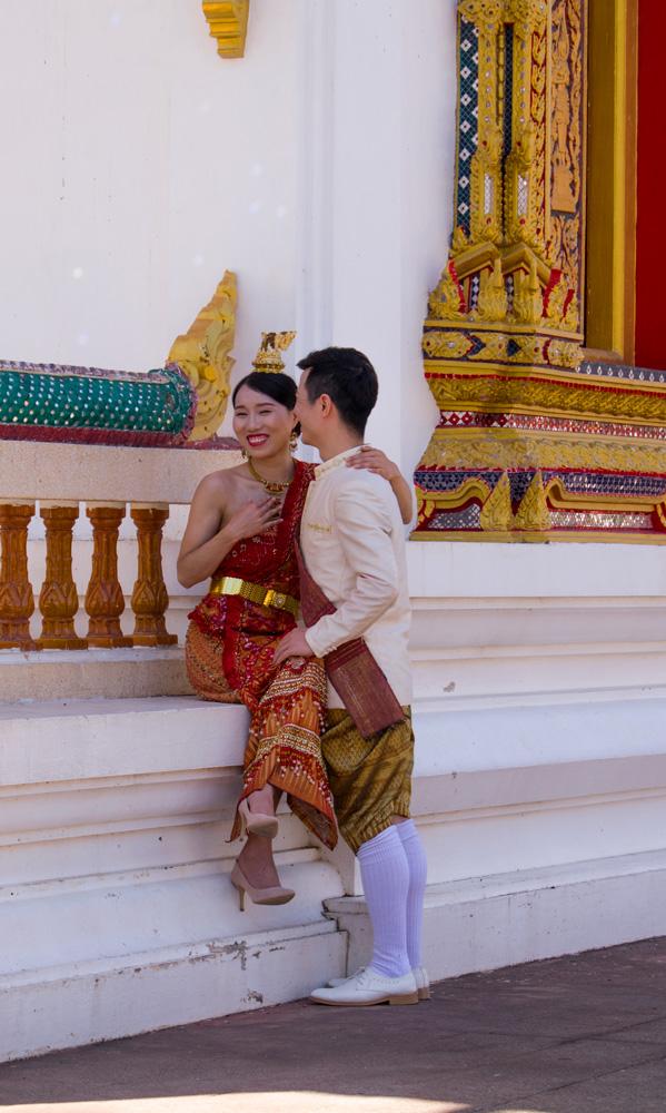 Mariés devant un temple Bouddhiste en Thaïlande