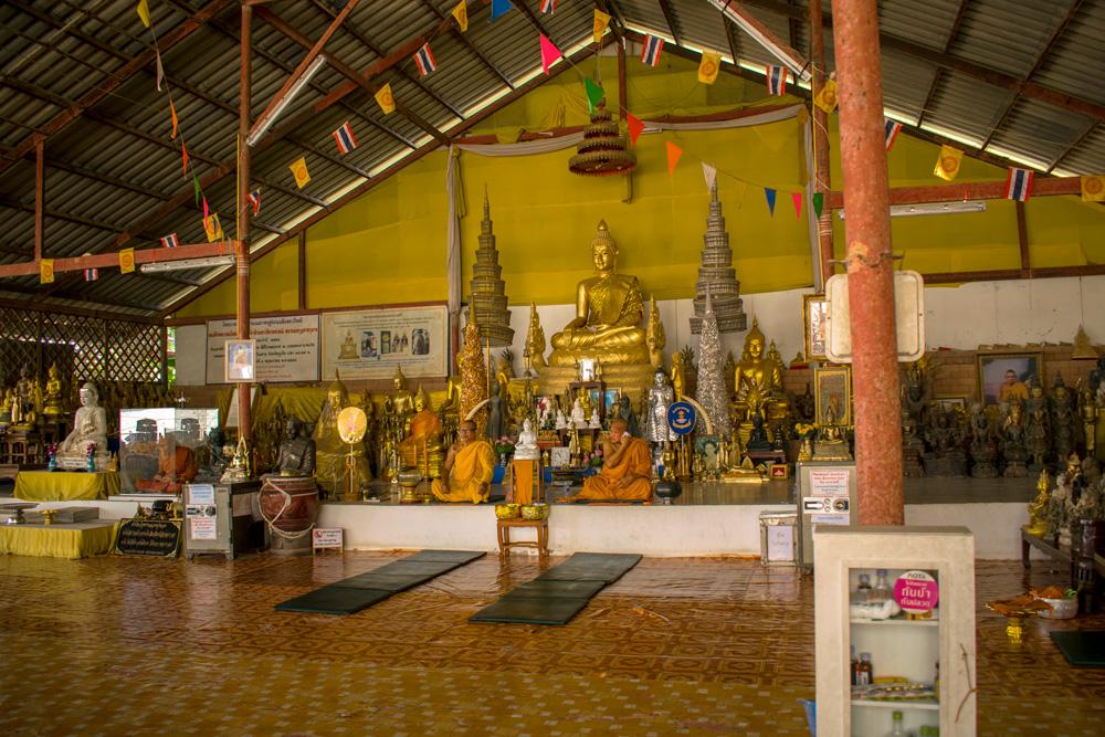 Moines Bouddhiste sous la statue de Big Buddha à Phuket