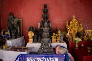 Statues de prières à côté de Big Bouddha