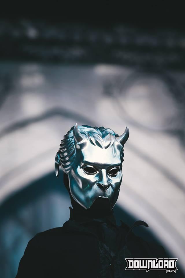 Musicien de Ghost avec un masque de Goule