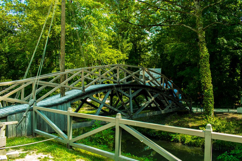 Pont imaginé par Léonard de Vinci dans le parc du Clos Lucé