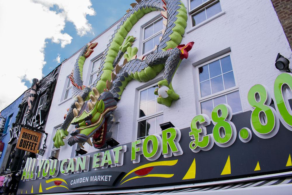 Devanture d'un restaurant chinois avec un dragon géant