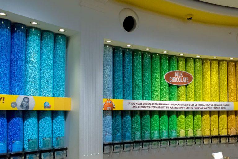 Des tubes remplies de M&M's dans le M'n'M's World de Londres