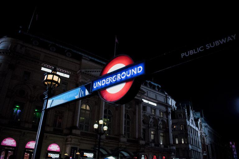 Panneau du métro de Londres à Piccadilly Circus de nuit