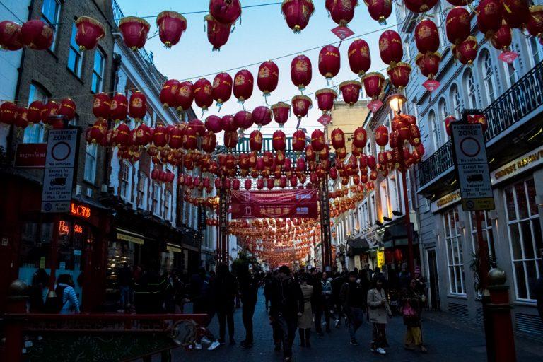 Une rue avec plein de lampions dans le quartier chinois de Londres