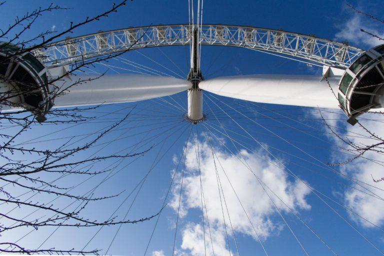 Vue de dessous de la grande roue de Londres
