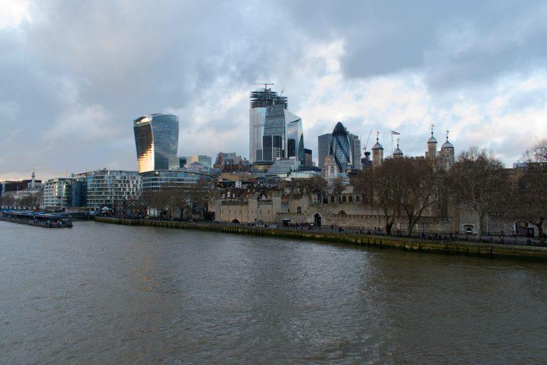 Quartier des affaires à côté de la tamise à Londres