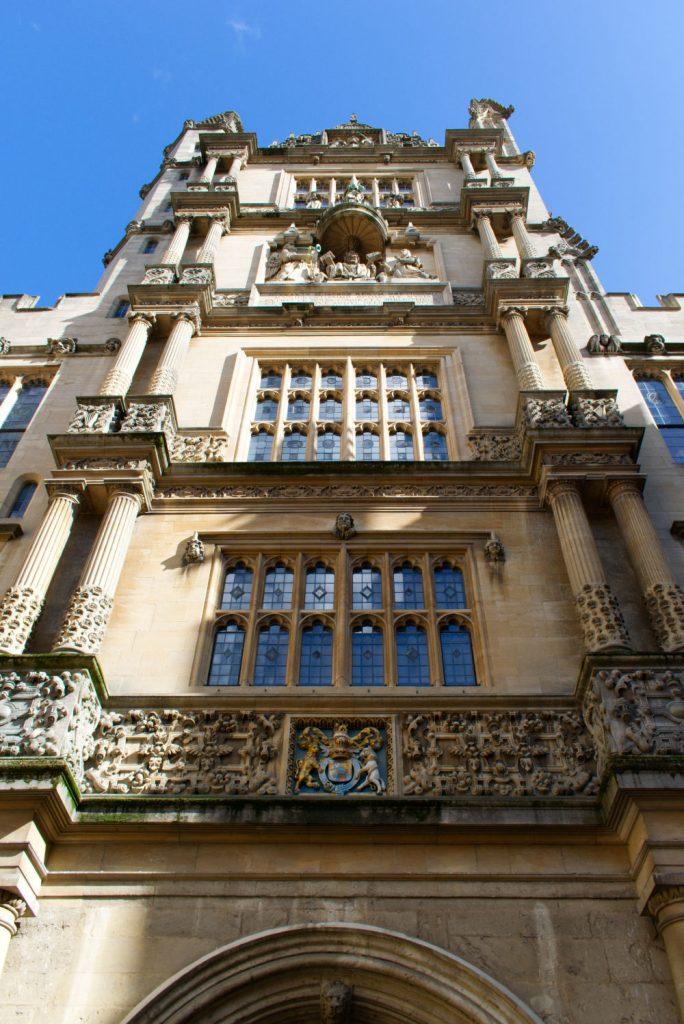 Vue au pied d'une tour d'Oxford