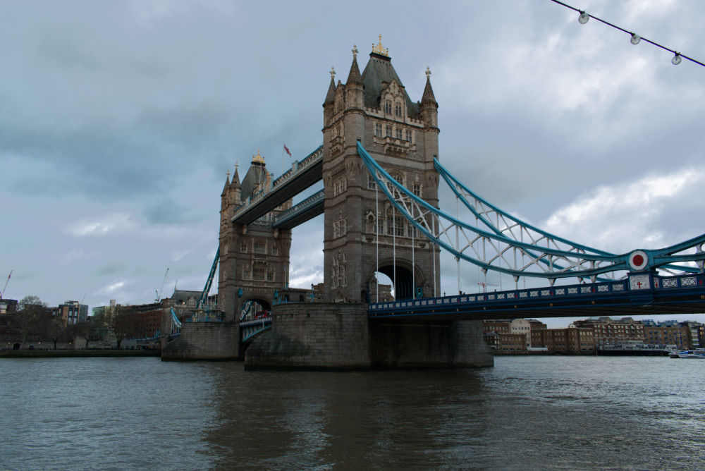Vue de Tower Bridge à Londres depuis une des rives de La Tamise