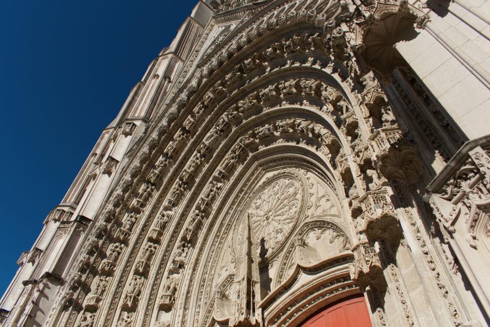 Fioritures et décoration au dessus de la porte principale de la cathédrale de nantes