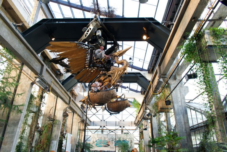 Pélican mécanique en train de voler