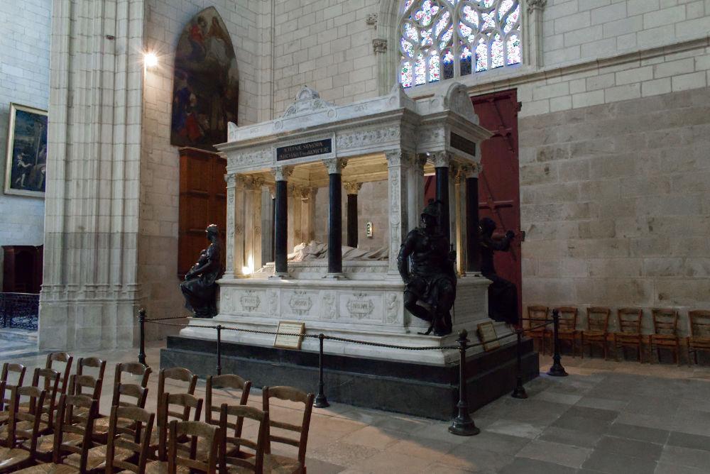 Tombeau à l'intérieur de la cathédrale de Nantes