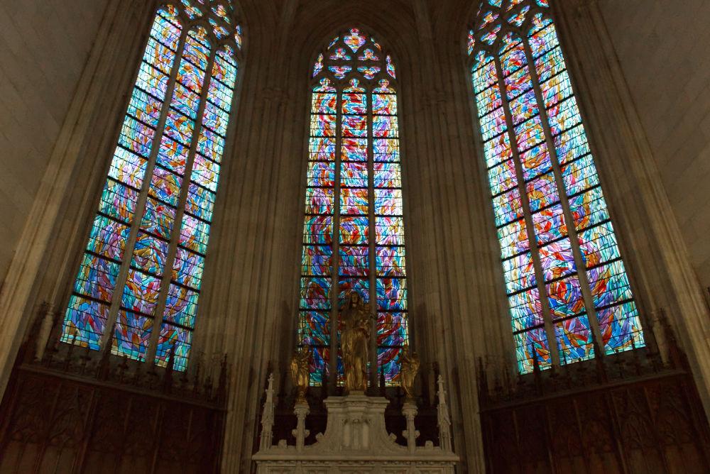 Vitraux vue de l'intérieur de la cathédrale saint pierre saint paul à Nantes