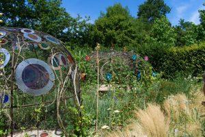 Un jardin contenant des architectures dans les Jardins de Chaumont