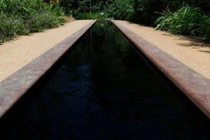 Un bassin en longueur dans les Jardins de Chaumont