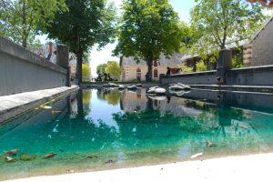 Bassin d'eau à une des entrées des Jardins de Chaumont