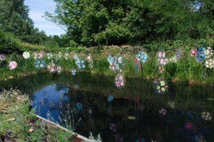 Bassin artistique jouant sur les reflets dans les Jardins de Chaumont