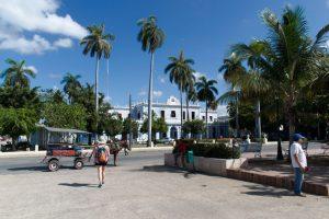 Une calèche devant un bâtiment à Cienfuegos à Cuba
