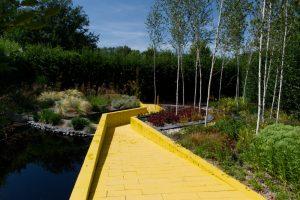 Chemin de brique jaune dans les Jardins de Chaumont