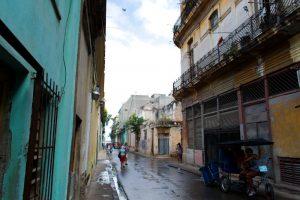 Rue du quartier non restauré de La Havane à Cuba