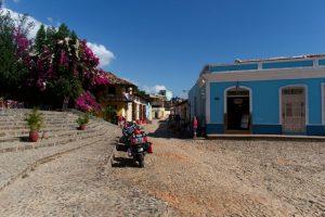 Rue de Trnindad à l'entrée de la Plaza Mayor de Trinidad à Cuba
