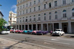 Taxis garés devant un bâtiment de La Havane à Cuba