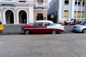Taxi rouge et blanc à Cuba