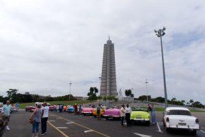 Des taxis typiques de Cuba devant le monument en hommage au héros national José Marti sur la Place de la Révolution de La Havane à Cuba