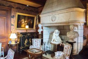 Une partie d'un des salons du CHâteau de Montrésor comportant une cheminée