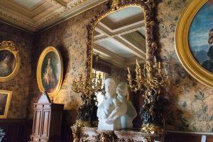 Une pièce du château de Montrésor avec un grand miroir