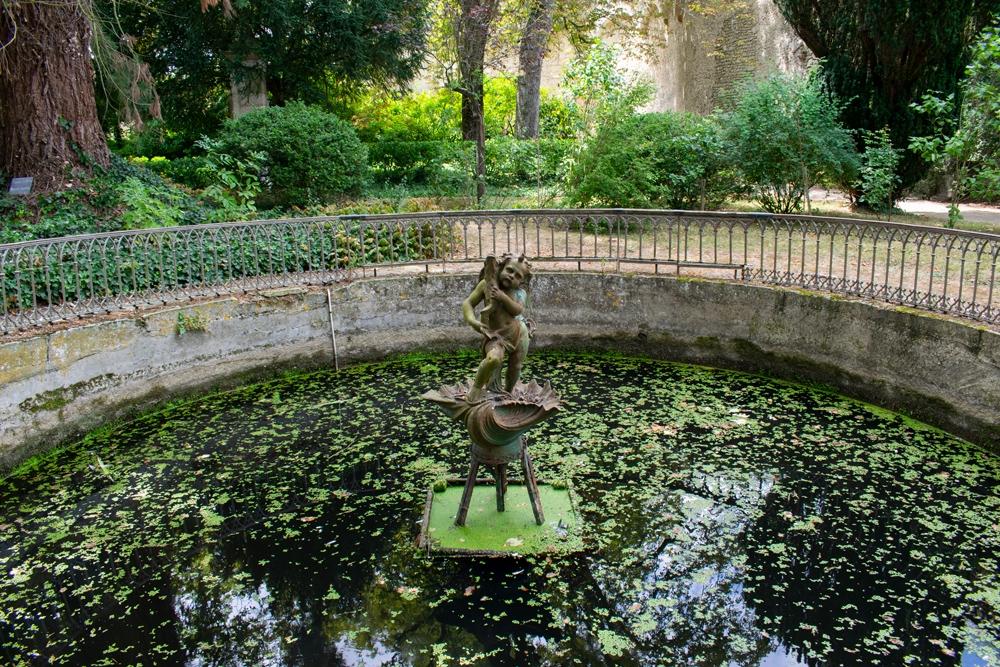 Une statue de chérubin sur l'eau dans les jardins du château de Montrésor