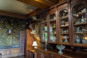 Salle avec des trophées de chasse dans le château de Montrésor