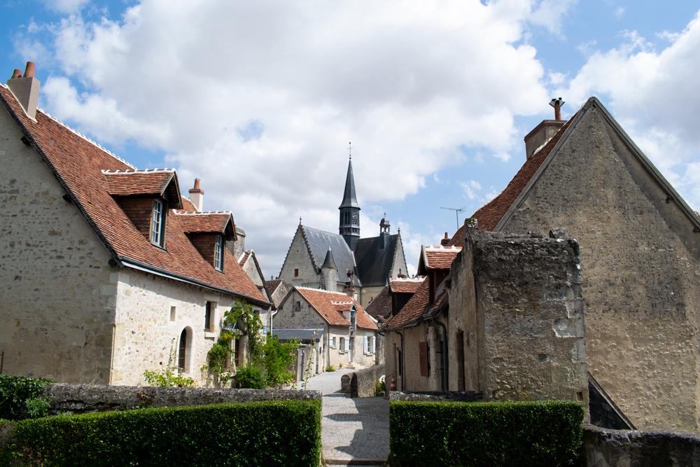Vue de l'église à travers la ville de Montrésor