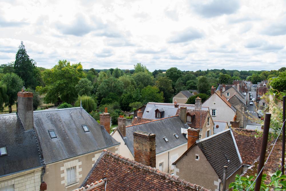 Vue des hauteurs de Montrésor donnant sur les toits des maisons de la ville