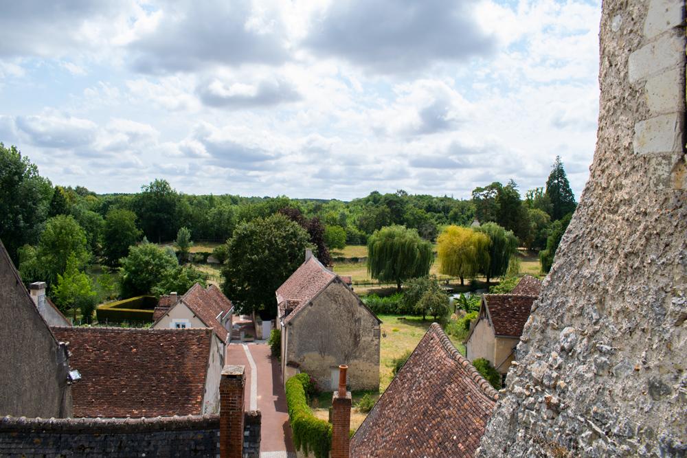 Vue des toits des maisons de Montrésor donnant sur la nature