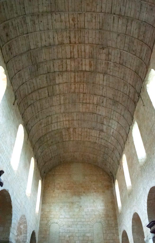 Toit en bois de l'église de Saint Genest à Lavardin vue de l'intérieur de l'église