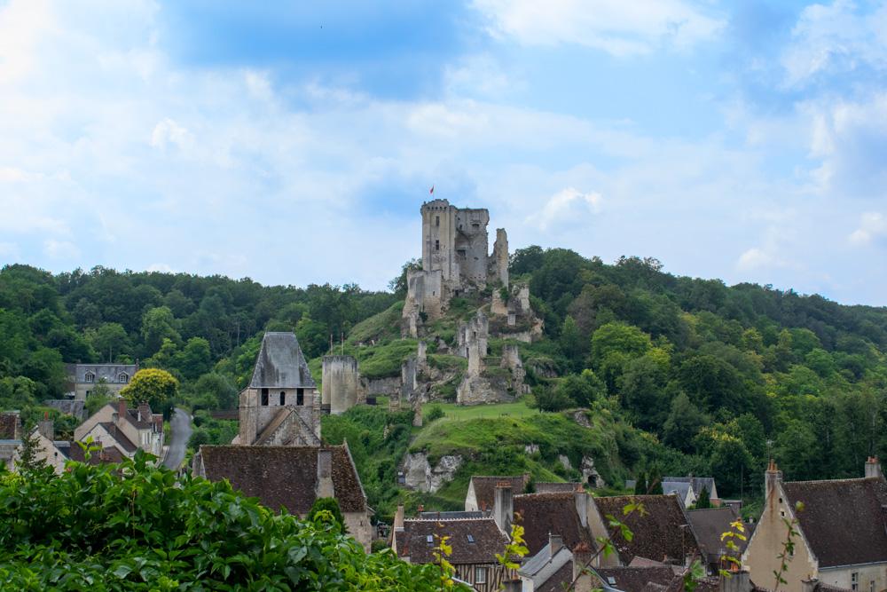 L'ancienne forteresse de Lavardin surplombant le village