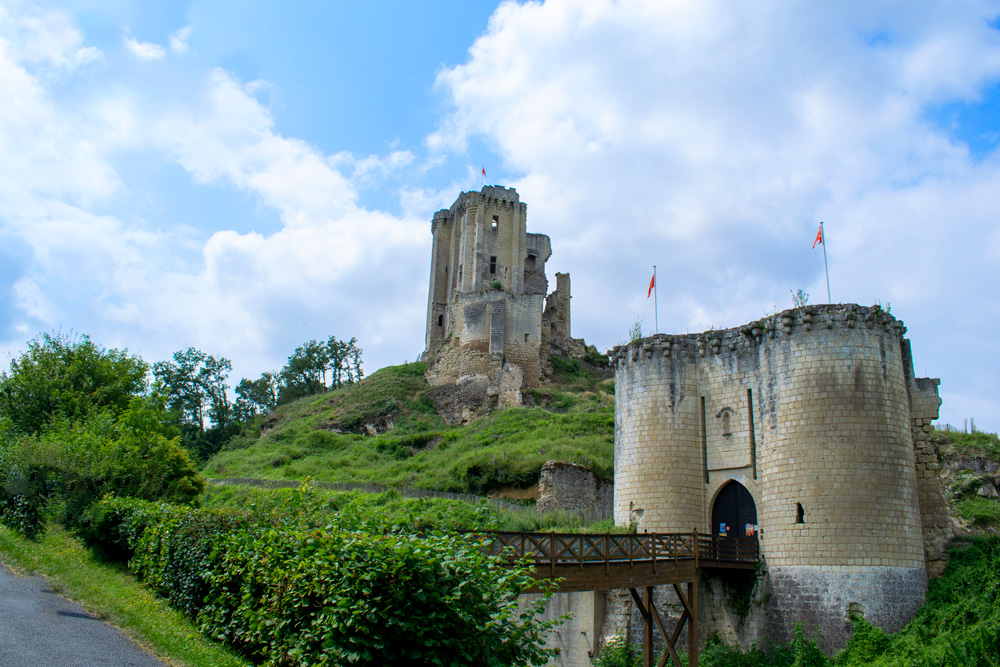 Pied de l'ancienne forteresse de Lavardin, tombée sous Henri IV